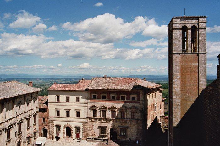 Blick vom Turm des Palazzo Comunale auf Palazzo Nobili-Tarugi und Palallzo Contucci in Montepulciano