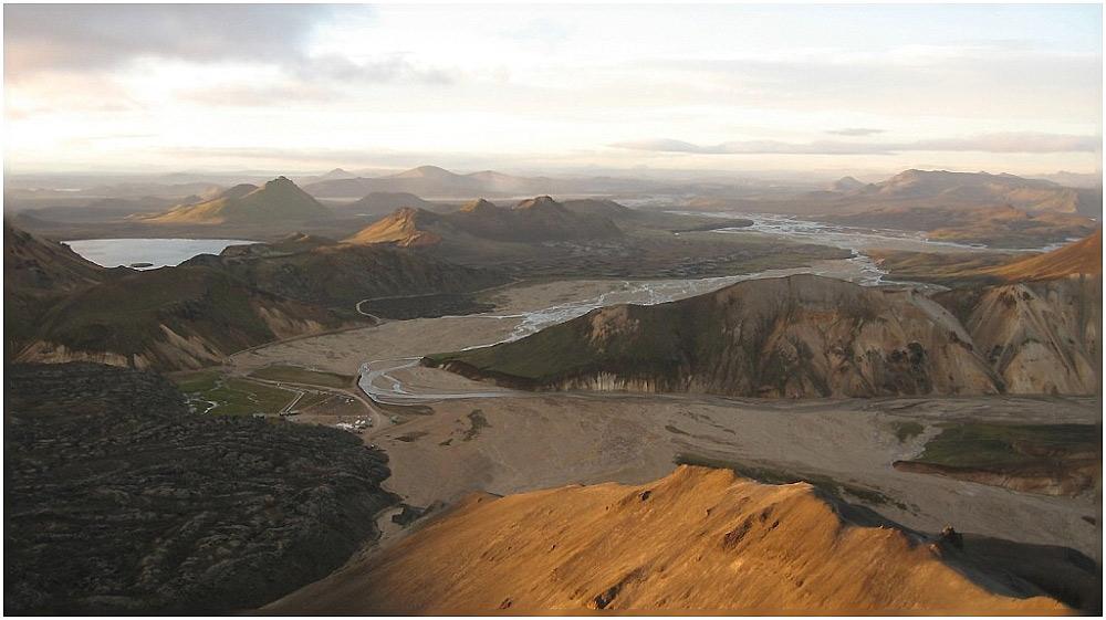Blick vom Vulkan Bláhnjúkur (Landmannalaugar) bei Sonnenuntergang