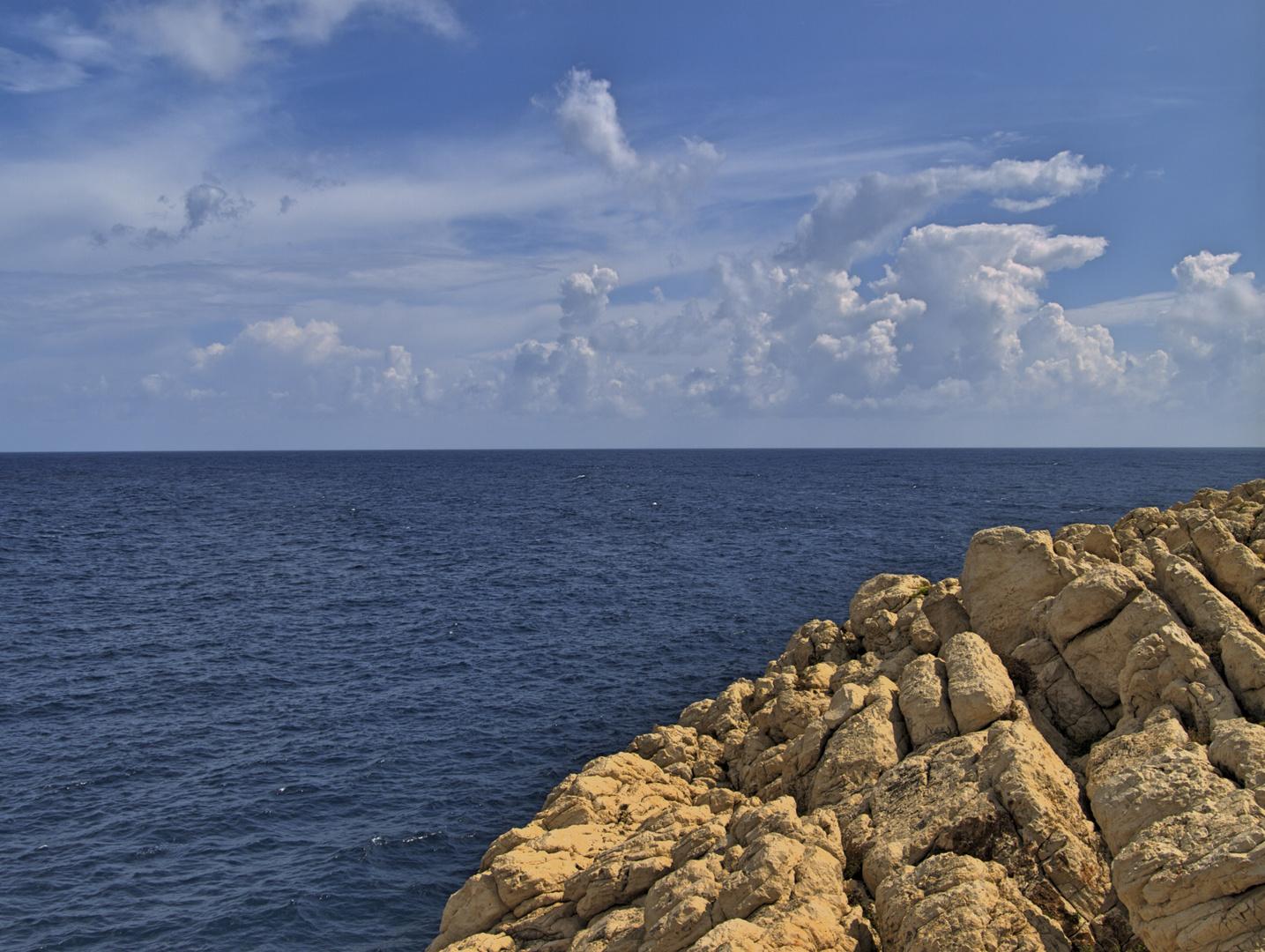 Blick von den Felsen aufs Meer