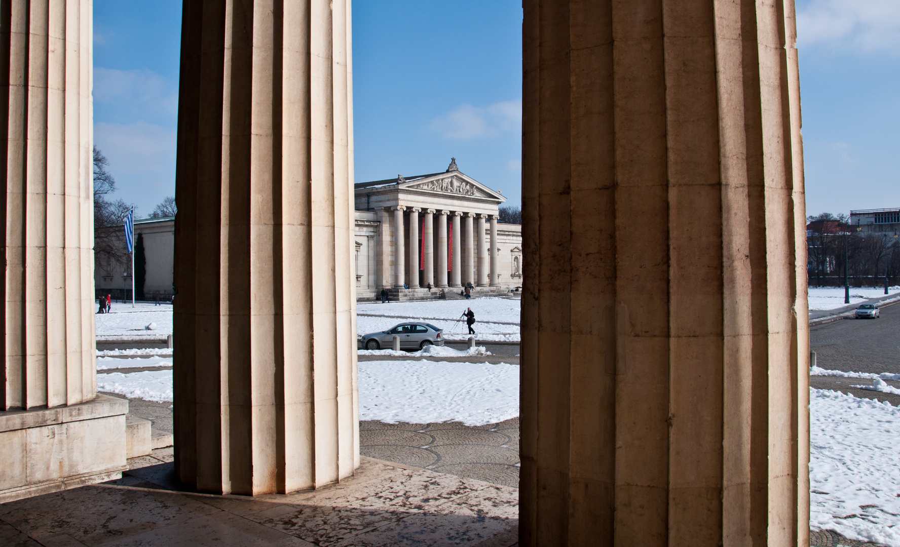 Blick von den Propyläen auf die Glyptothek mit ihren ionischen Säulen