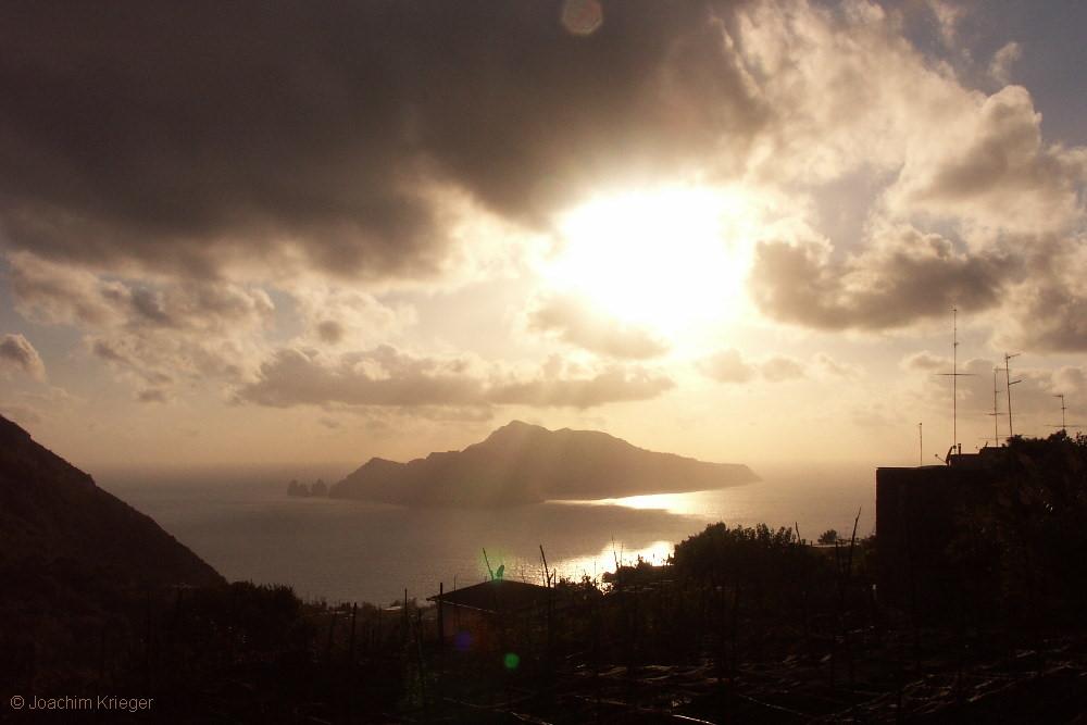 Blick von der Amalfiküste auf Capri