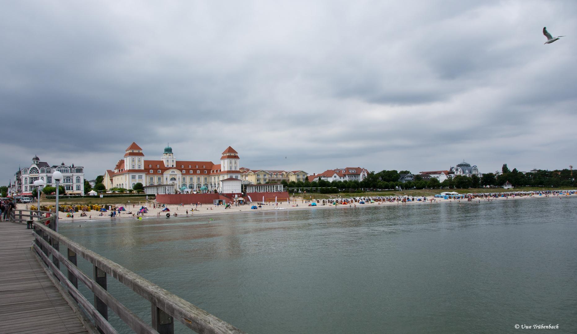 Blick von der Binzer Seebrücke auf Kurhaus und Strand