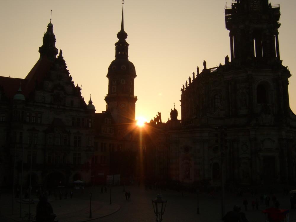 Blick von der Brühlschen Terasse auf die Altstadt bei Sonnenuntergang