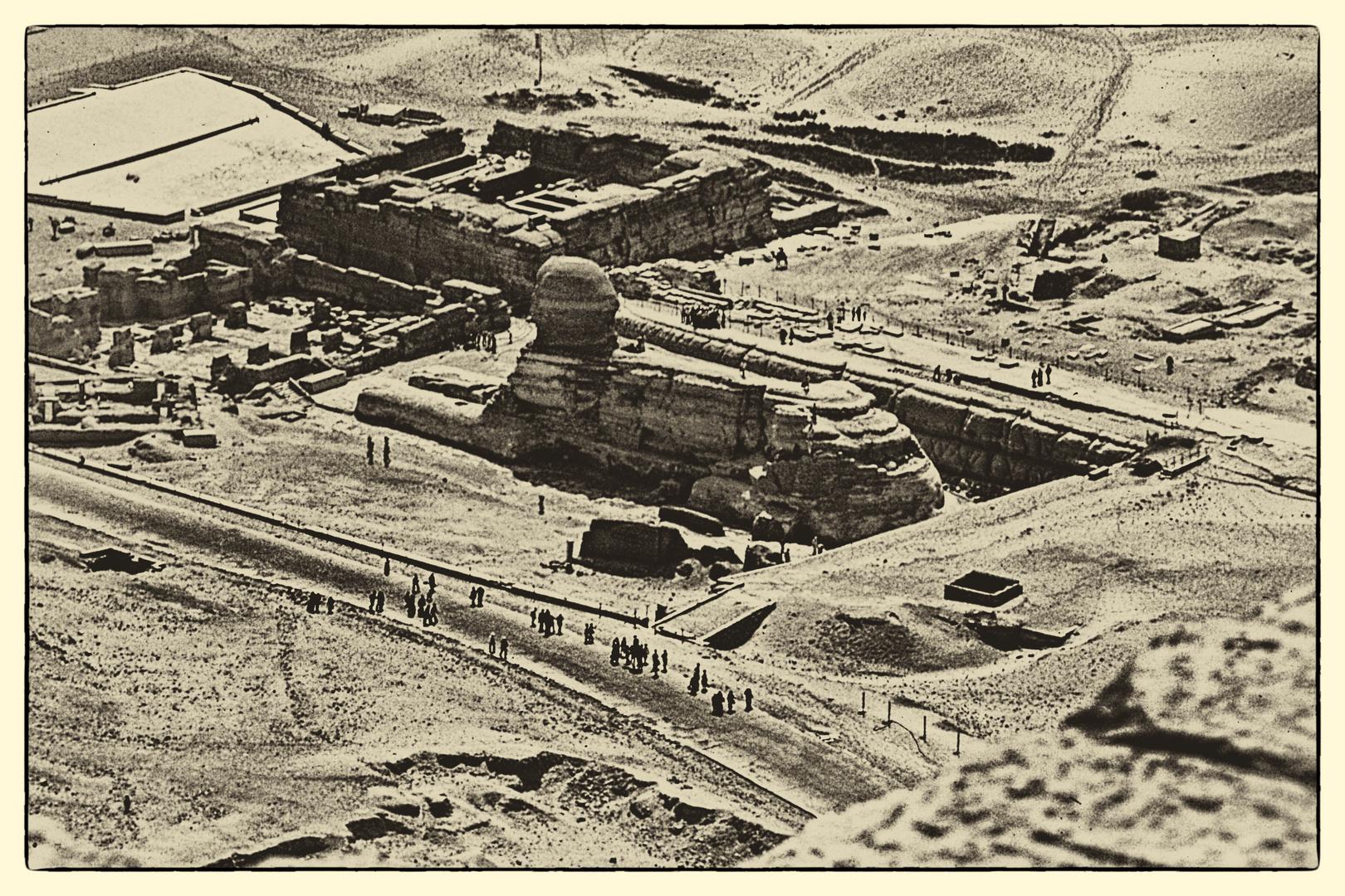 Blick von der Cheopspyramide auf die Sphinx
