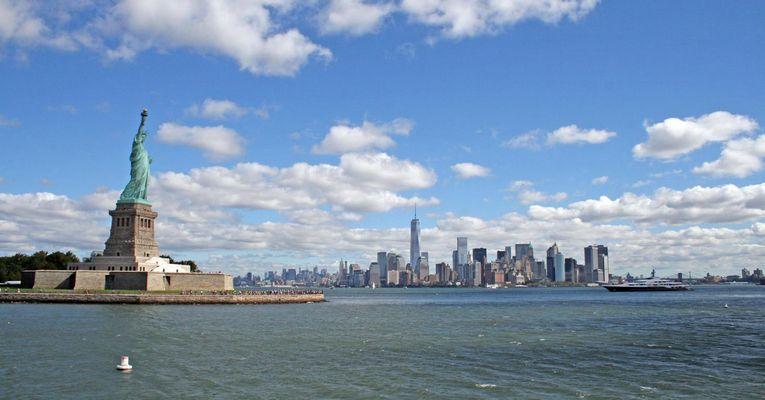 Blick von der Fähre nach Liberty Island Richtung Manhattan