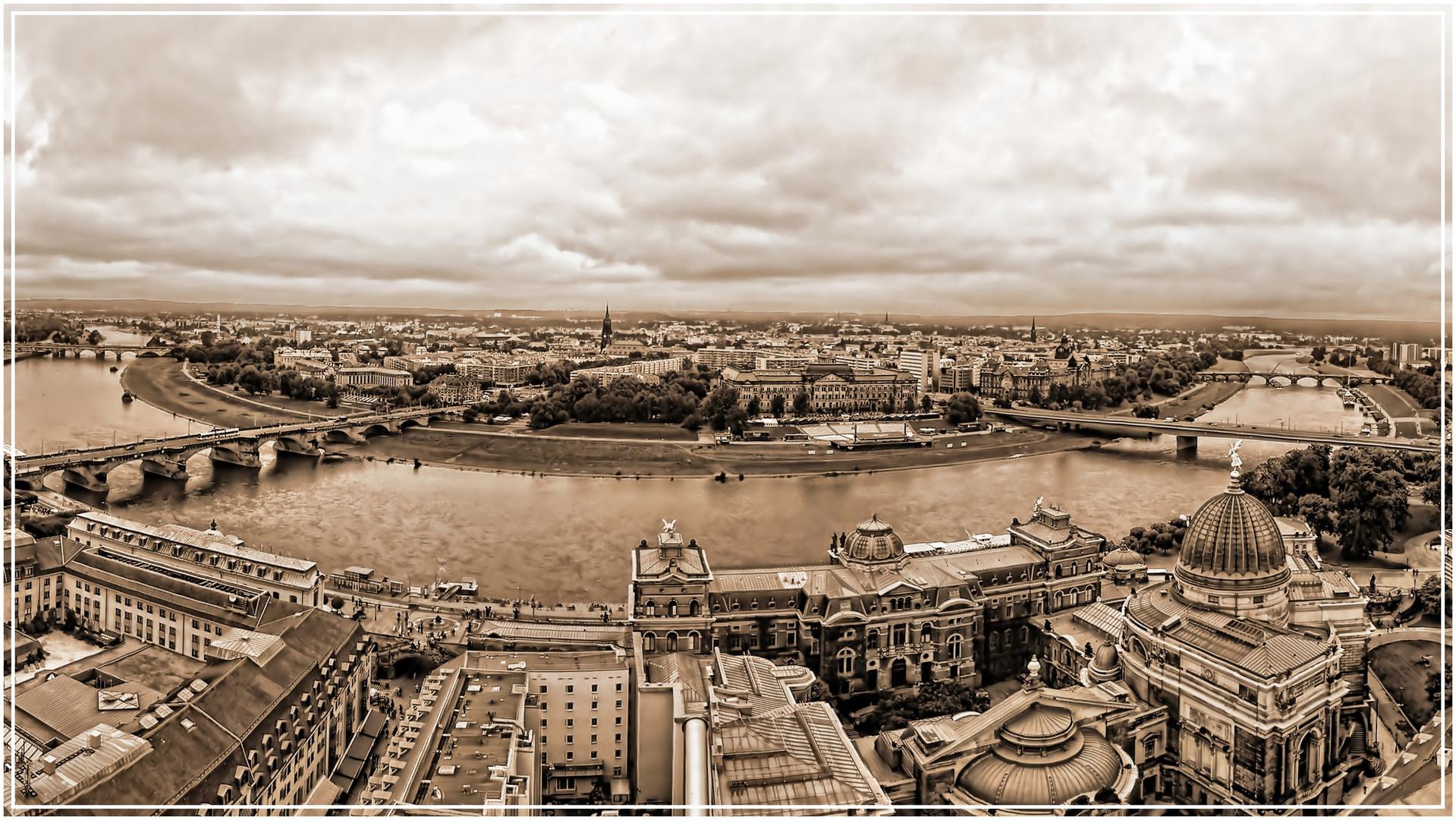 Blick von der Frauenkirche auf Dresden