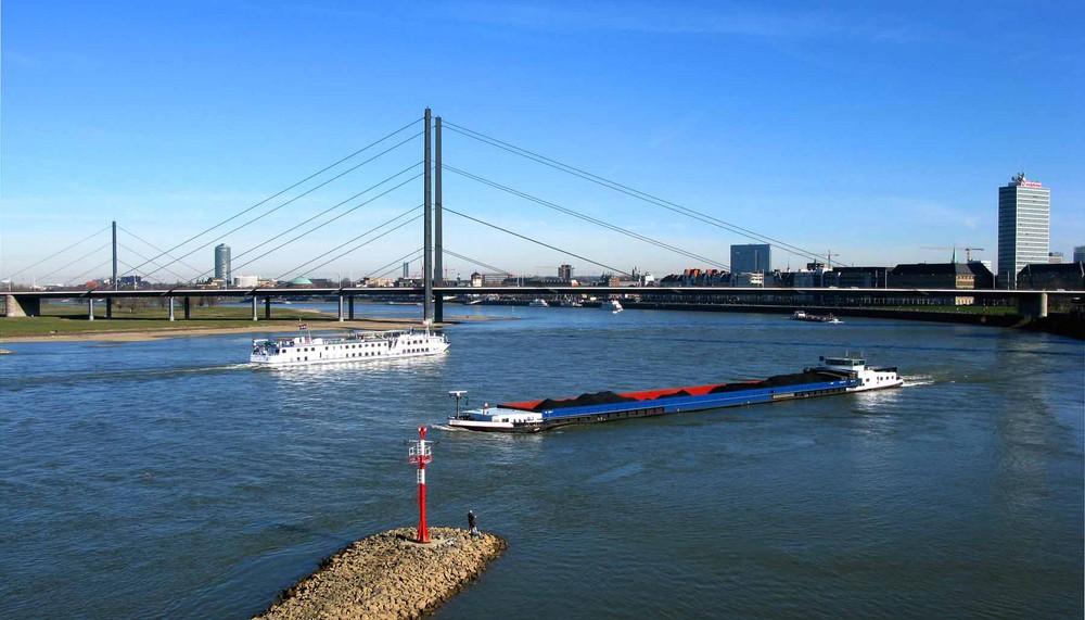 Blick von der Fußgängerbrücke im Düsseldorfer Medienhafen auf den Rhein.