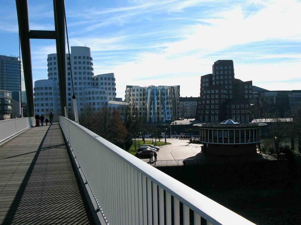 Blick von der Fußgängerbrücke im Medienhafen Düsseldorf
