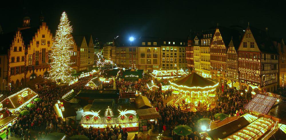 Blick von der Galerie der Nikolaikirche über den Frankfurter Weihnachtsmarkt auf dem Römerberg (relo