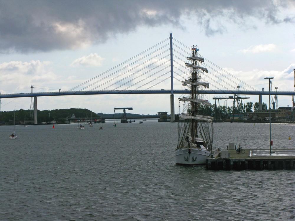 Blick von der Gorch Fock 1. auf den Hafen mit Rügendamm.