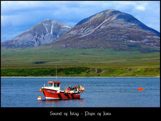 Blick von der Insel Islay auf die Paps of Jura (Schottland)