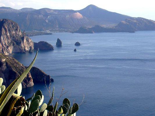 Blick von der Insel Lipari auf die Insel Vulcano