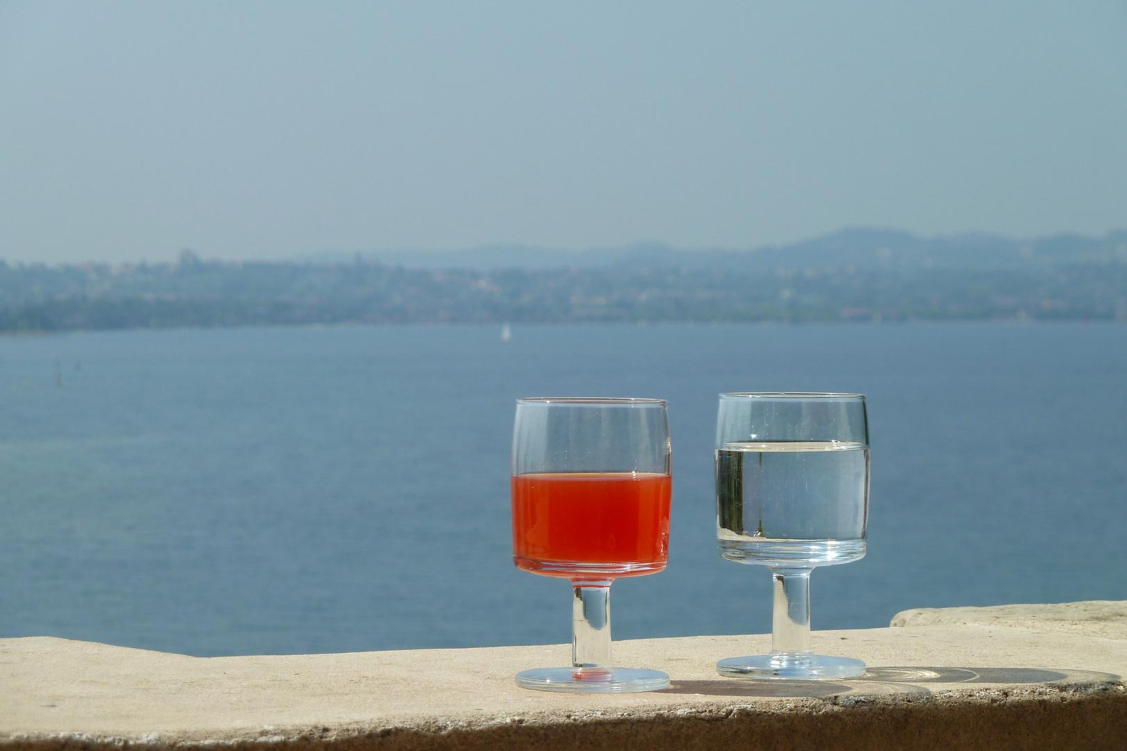 Blick von der Isola del Garda auf den Gardasee
