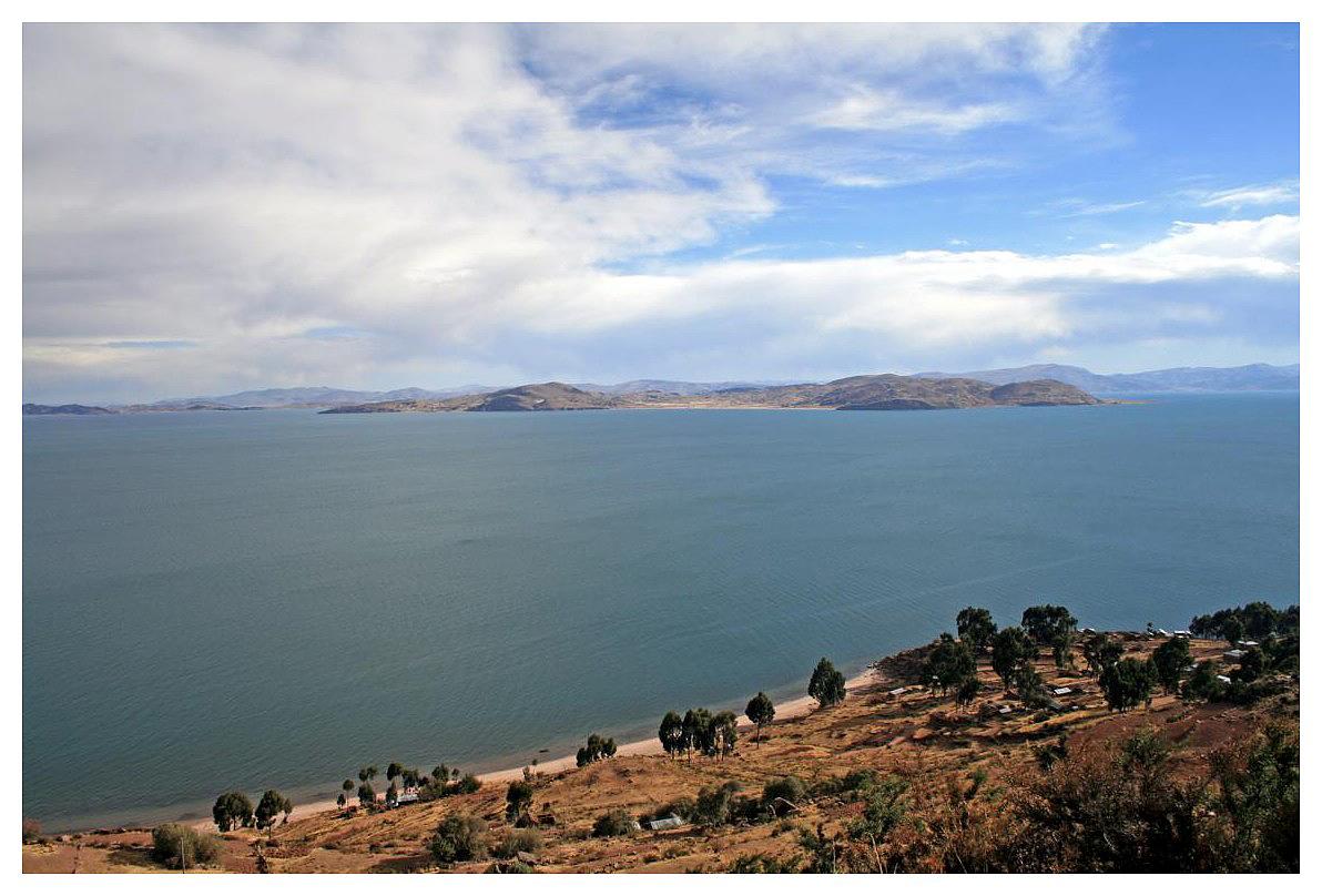 Blick von der Llachon Halbinsel auf den Titikakasee...