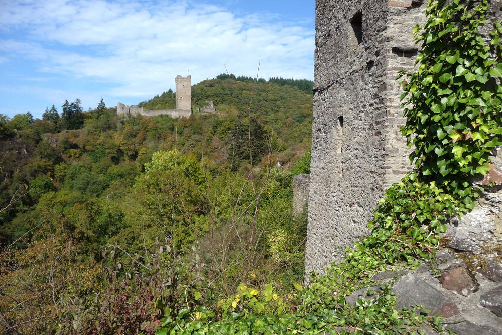 Blick von der Niederburg zur Oberburg in Manderscheid / Eifel
