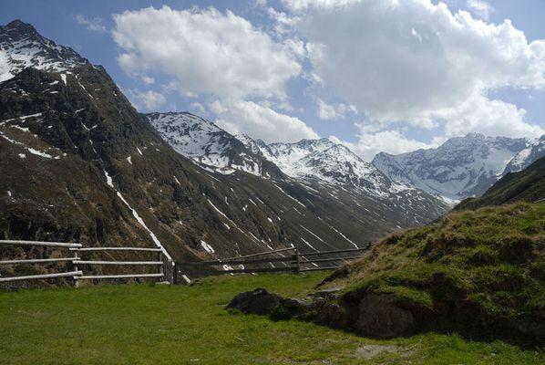 Blick von der Potsdamer Hütte in die Stubaier Alpen