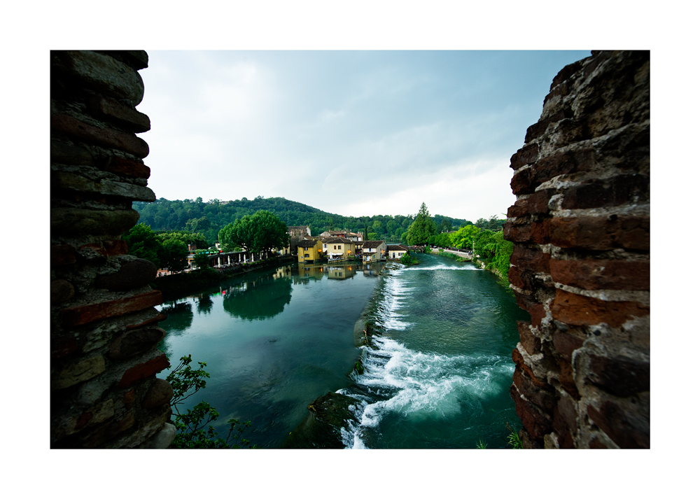 """Blick von der Ruine """"Ponte Visconteo"""" auf Borghetto di Valeggio"""