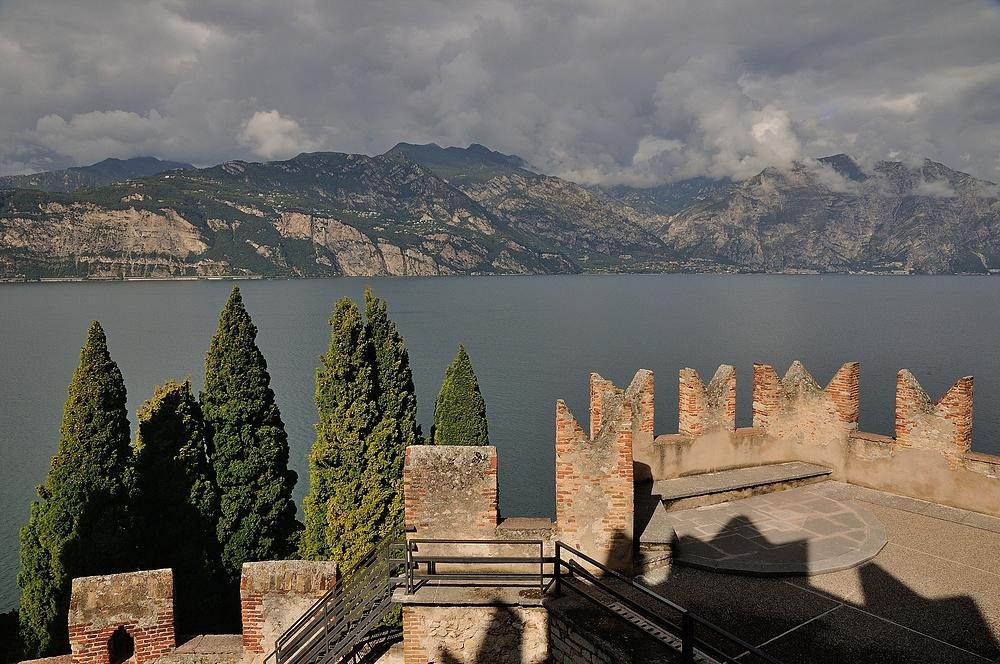 Blick von der Scaligerburg in Malcesine (Gardasee) Richtung Limone.