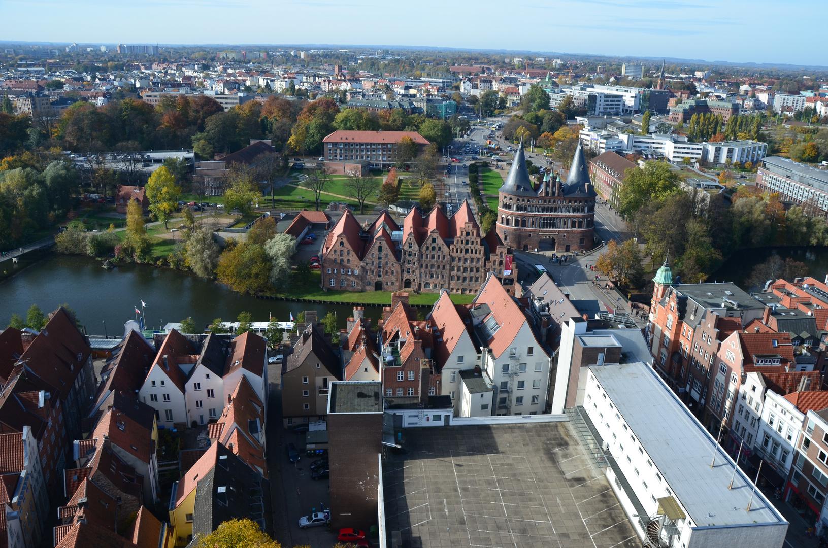 Blick von der St. Petri Kirche auf das Holsten Tor und Umgebung