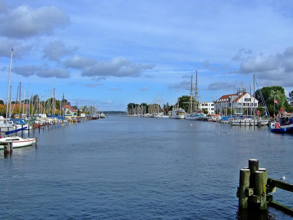 Blick von der Wiecker Holzklappbrücke auf den Fluss Ryck