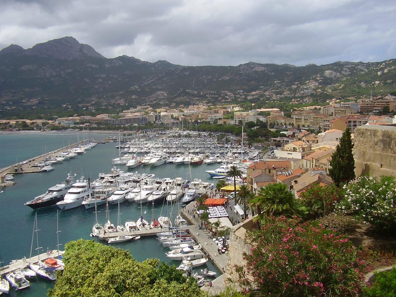 Blick von der Zitadelle auf den Hafen von Calvi