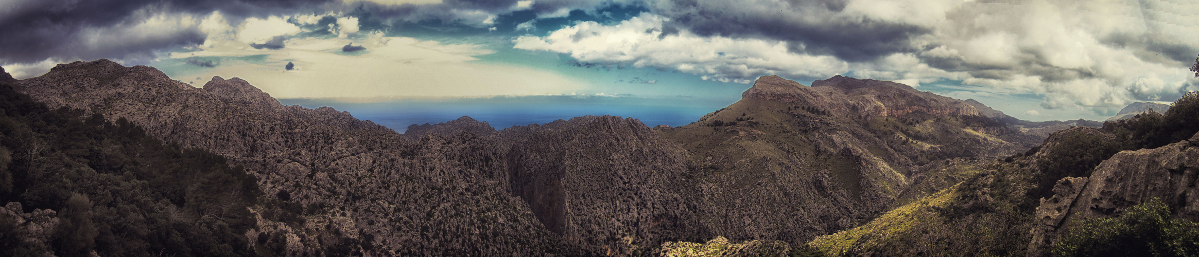 Blick von einem Gipfel der Tramuntana in Richtung Küste