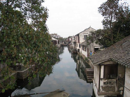 Blick von einer Brücke in Zhouzhuang / Jiangsu / China