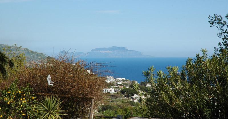 Blick von Ischia auf die Insel Capri