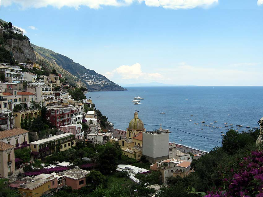 Blick von Positano über die Stadt aufs Meer