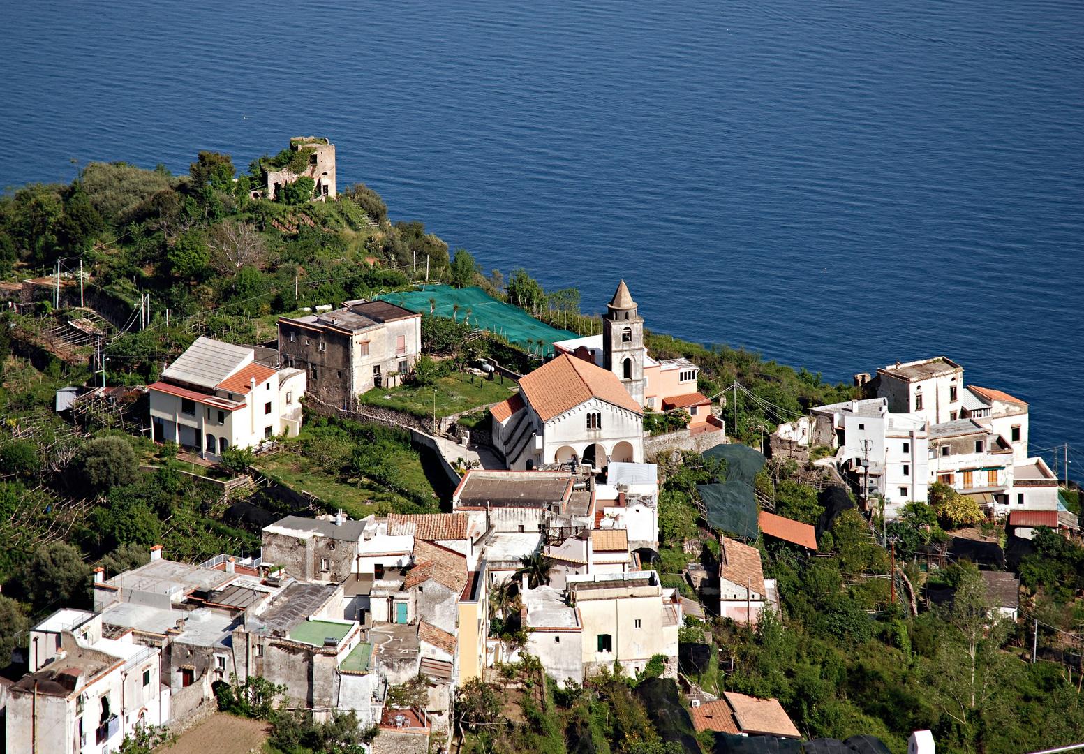 Blick von Ravello aus auf ein Bergdorf der Umgebung