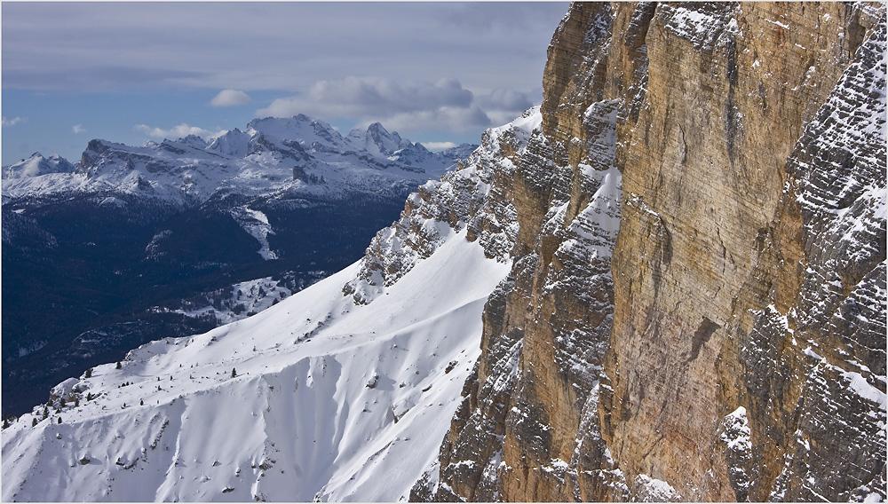 Blick vorbei an der Piz Popena Südwand bis zur Marmolada