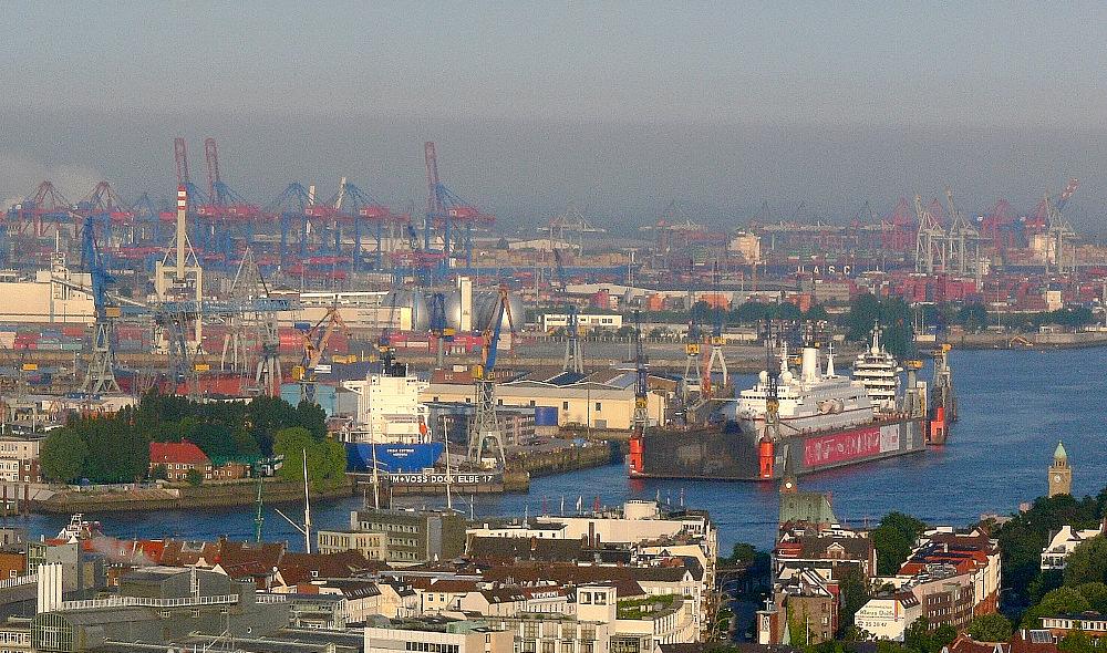 Blick zu den Docks von Blohm & Voss