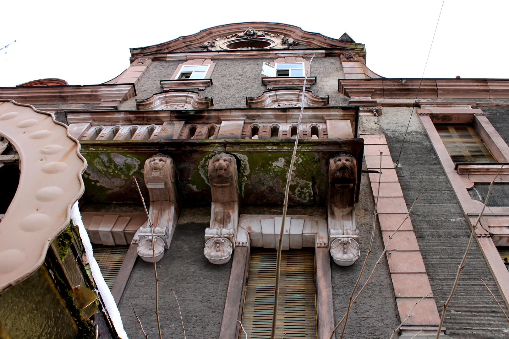 Blick zum Balkon - die Patina des Verfalls.......