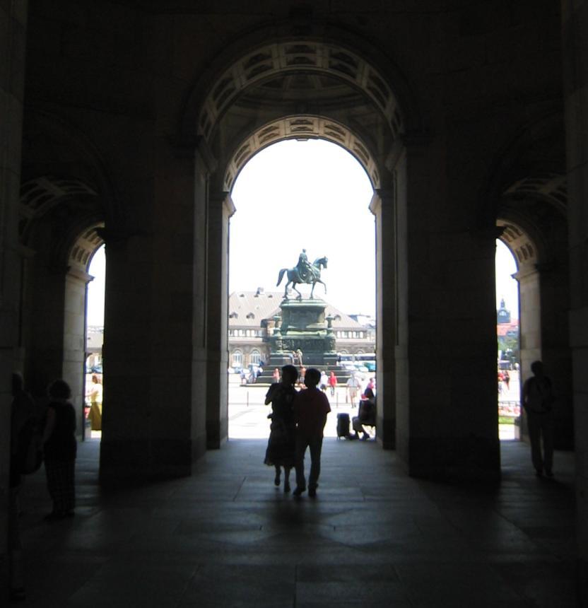 Blick zum Denkmal von König Johann
