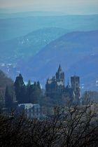 Blick zum Drachenfels ...hier die Drachenburg