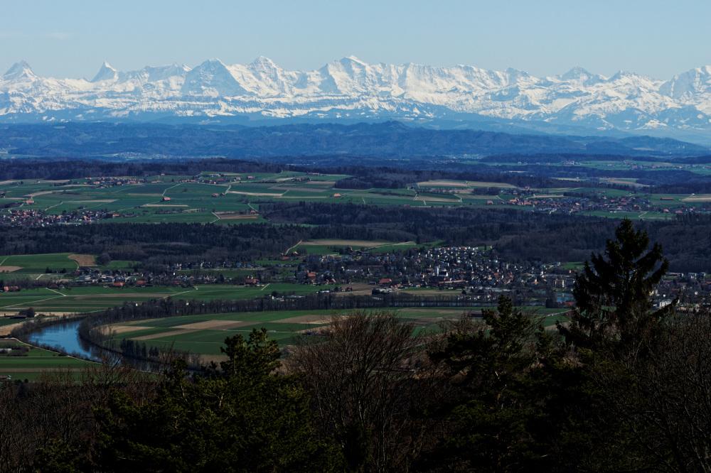 Blick zur Alpenkette am ersten warmen Frühlingstag