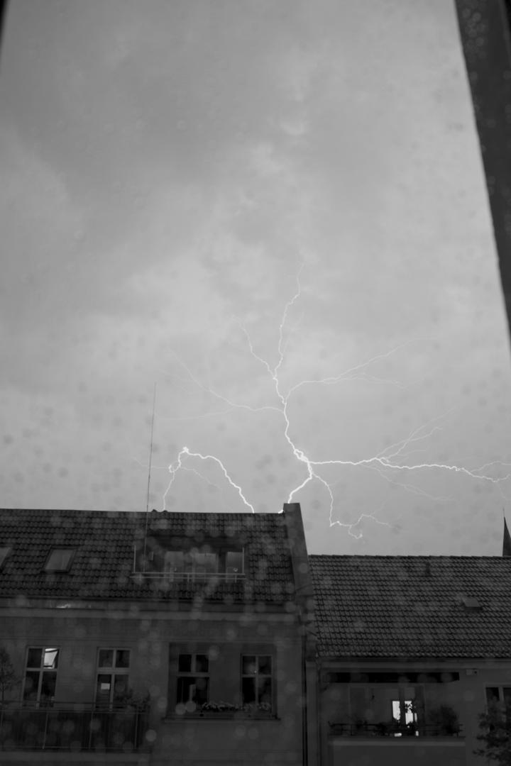 Blitz im Fenster 1