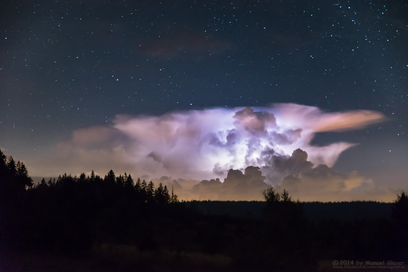 Blitz in Gewitterwolke unter'm Sternenhimmel