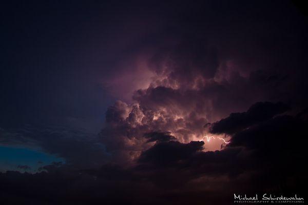 Blitze in einer statischen Wolke
