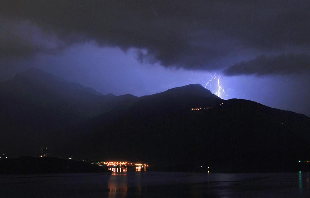 Blitze über dem Comer See