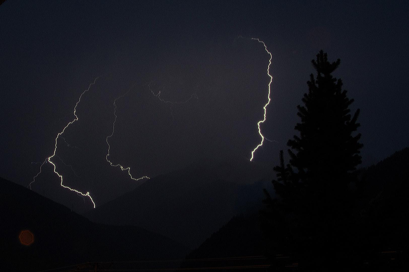 Blitze über Fließ