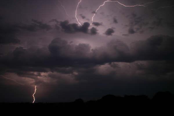 Blitze zwischen den Wolken