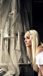 blonde Frau in alter Ruine