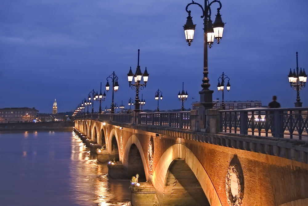 Blue hour in Bordeaux (Pont de pierre)