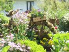blühendes Rad im Bauerngarten