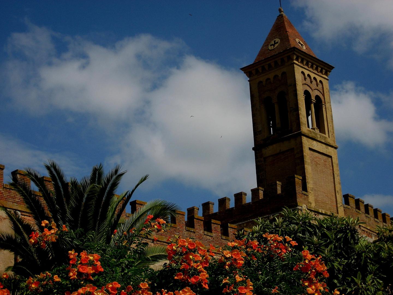 Blütenfassade in Bolgheri
