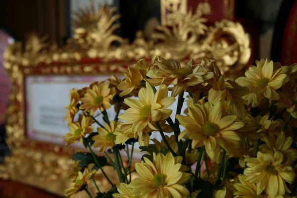 Blumenschmuck in einem Tempel in Hoi An (Vietnam)