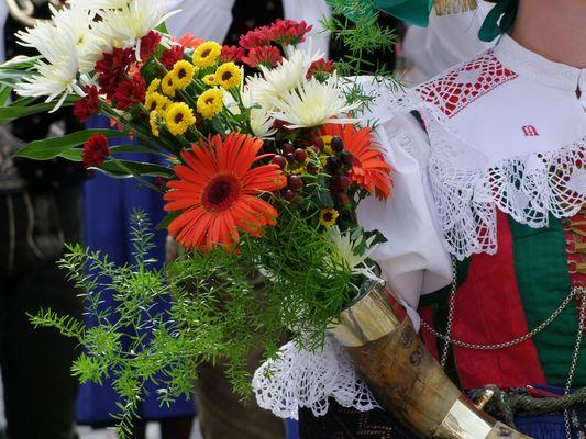 Blumenschmuck zur Seiser - Tracht