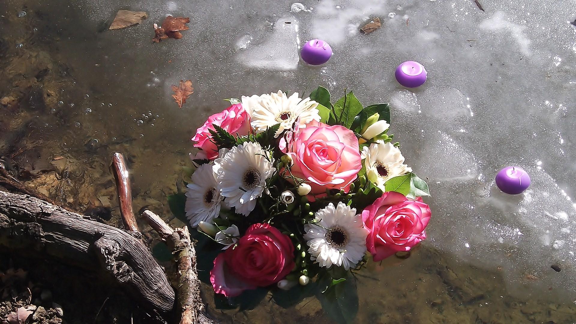 Blumenstrauß im Eis der Bever