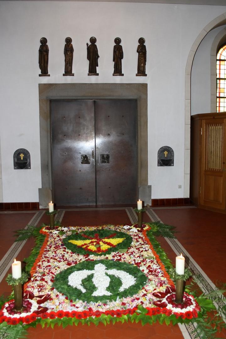 Blumenteppich zu Fronleichnam in der Pfarrkirche St. Johannes d.T., Kirchhellen